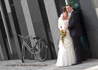 Brautpaar mit Fahrrad