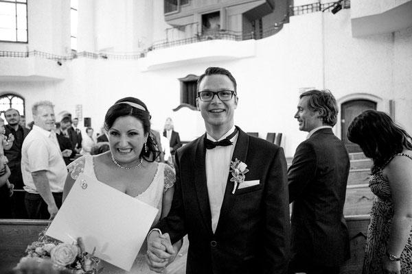 Ausmarsch aus der Kirche. Das Brautpaar nach der Freien Trauung...