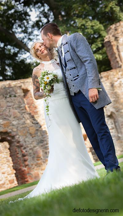 Brautpaar - der Kuss auf die Wange...