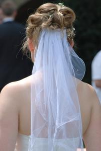Hochsteckfrisur mit Schleier zur Hochzeit