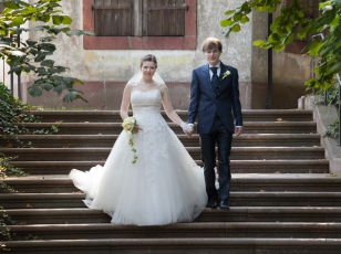 Brautpaar klassisch auf Treppe